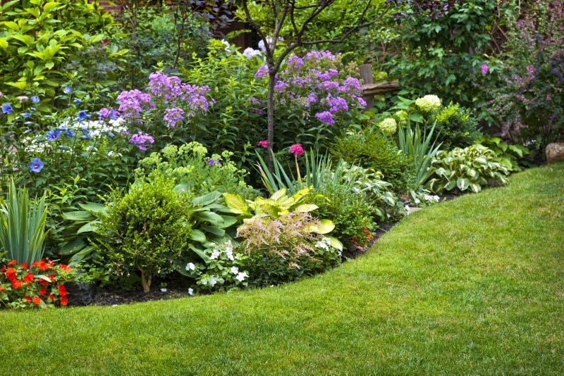 庭院和花 免版税库存图片