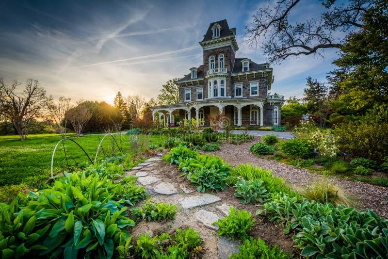 庭院和Cylburn豪宅在日落,在Cylburn树木园, 免版税库存照片