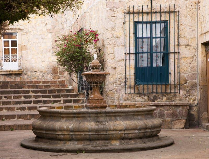 庭院喷泉小墨西哥墨瑞利亚的广场 免版税库存照片