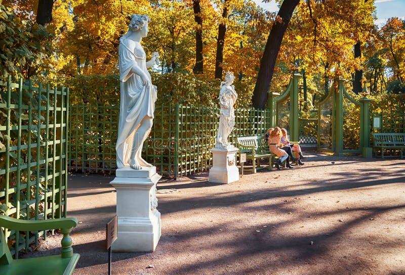 庭院在秋天之前在圣彼德堡 库存图片