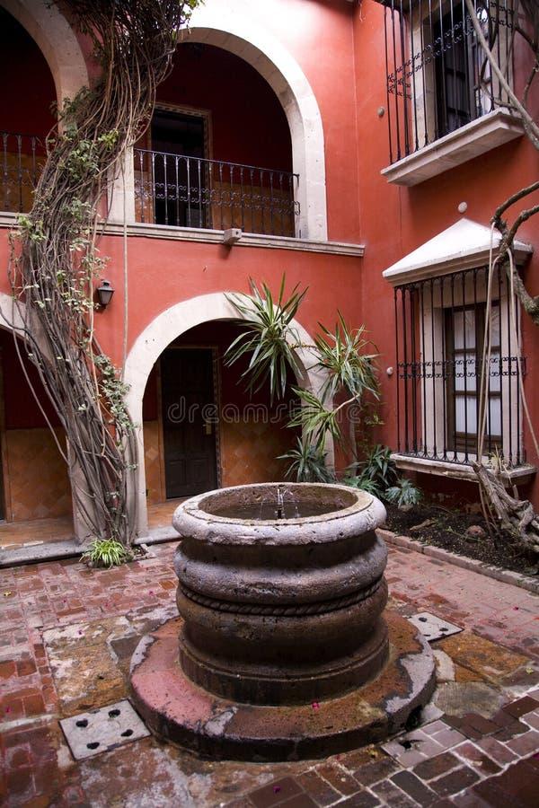 庭院墨西哥墨瑞利亚西班牙样式井 图库摄影