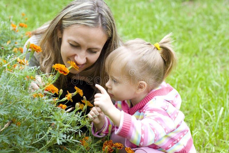 庭院女孩她的母亲 图库摄影