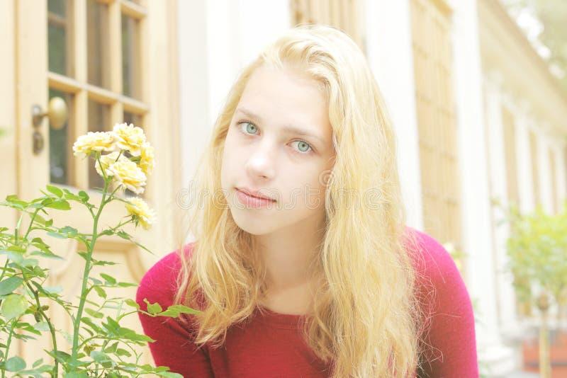 庭院女孩年轻人 免版税图库摄影