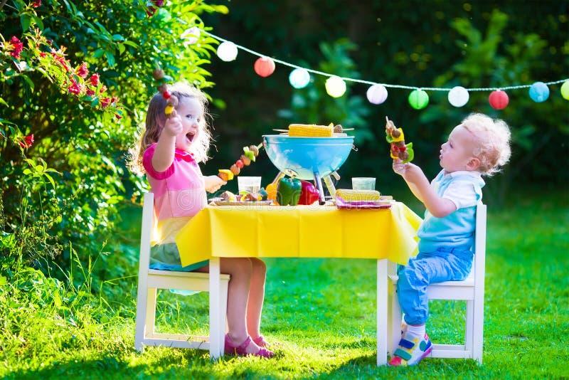 庭院孩子的格栅党 免版税库存照片