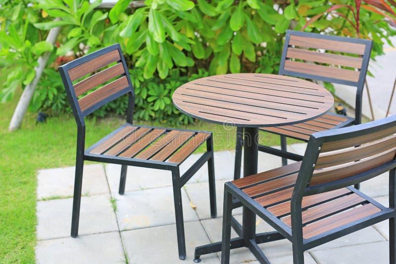 庭院家具 木桌和椅子在自然公园 免版税图库摄影