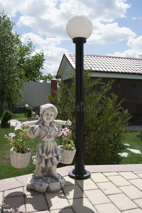 庭院小雕象女孩 库存图片