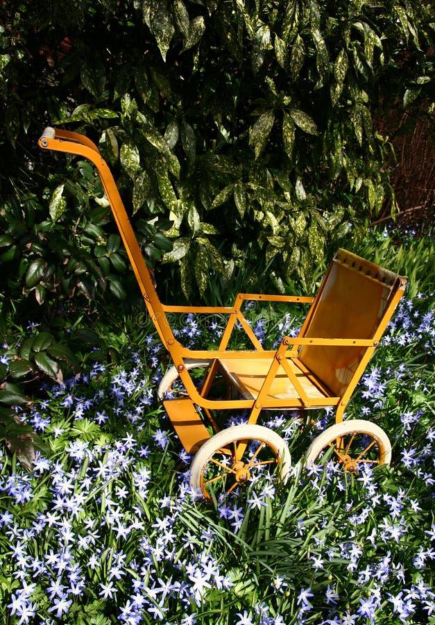 庭院摇篮车玩具 库存图片