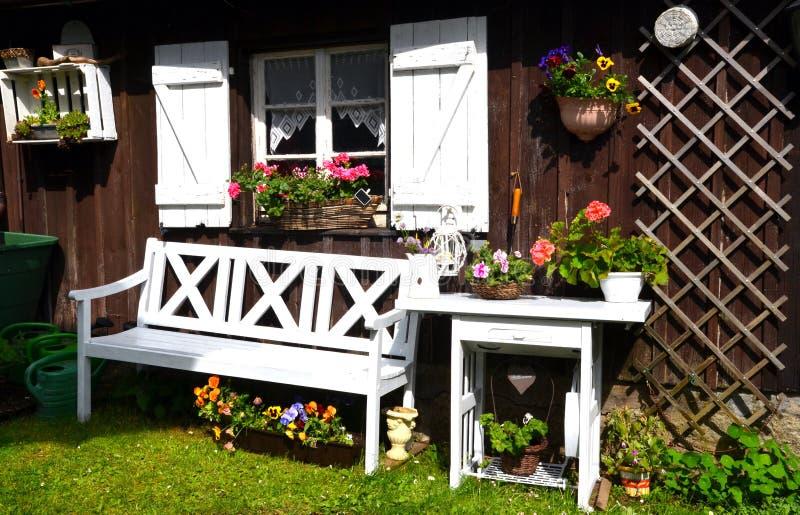 庭院村庄在夏天 库存照片