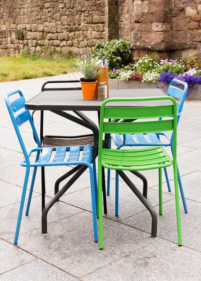 庭院桌和椅子在露台 免版税库存图片
