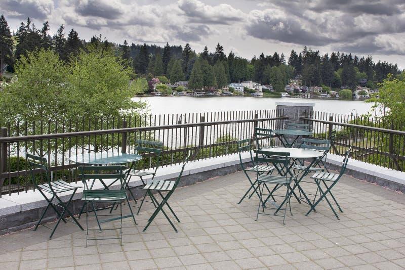 庭院由湖的露台就座 免版税库存照片