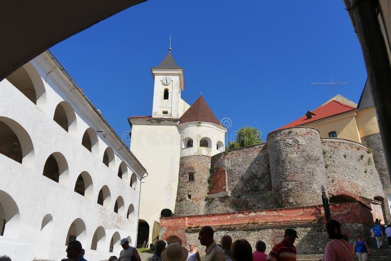 庭院的全景有曲拱的和Mukachiv的白色墙壁防御帕兰卡 穆卡切沃乌克兰 免版税图库摄影