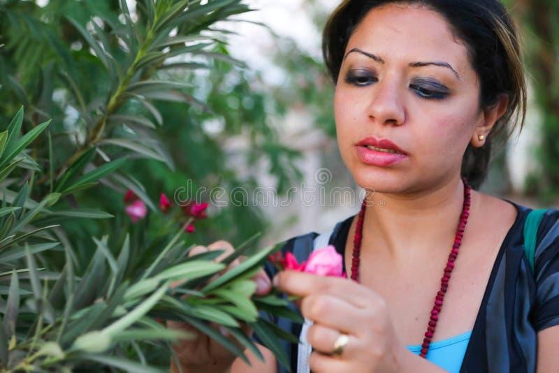 庭院的美丽的妇女 免版税库存图片
