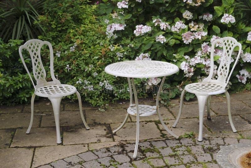 庭院表和椅子 免版税库存照片