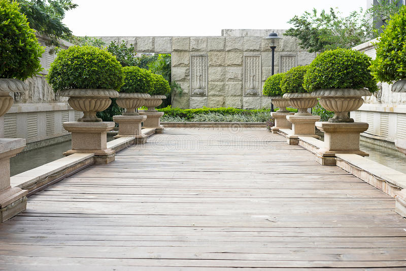 Download 庭院路 库存图片. 图片 包括有 阳光, 木头, 方式, 室外, 欧洲, 样式, 晴朗, 庭院, 木材, 会议室 - 59110993