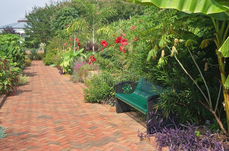 庭院长凳和走道 免版税图库摄影