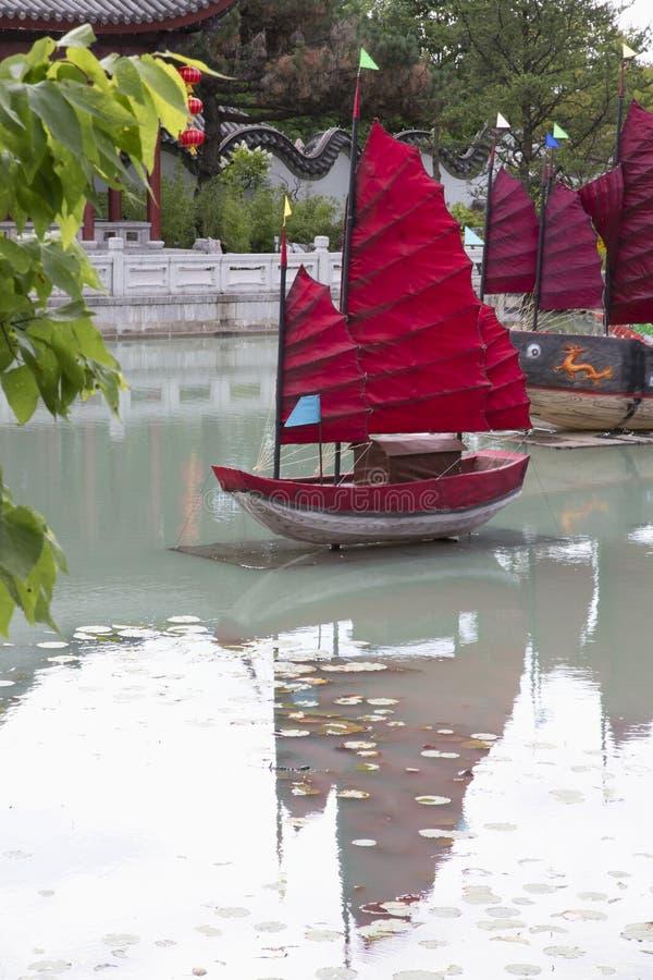 庭院-与小船的汉语 免版税库存图片