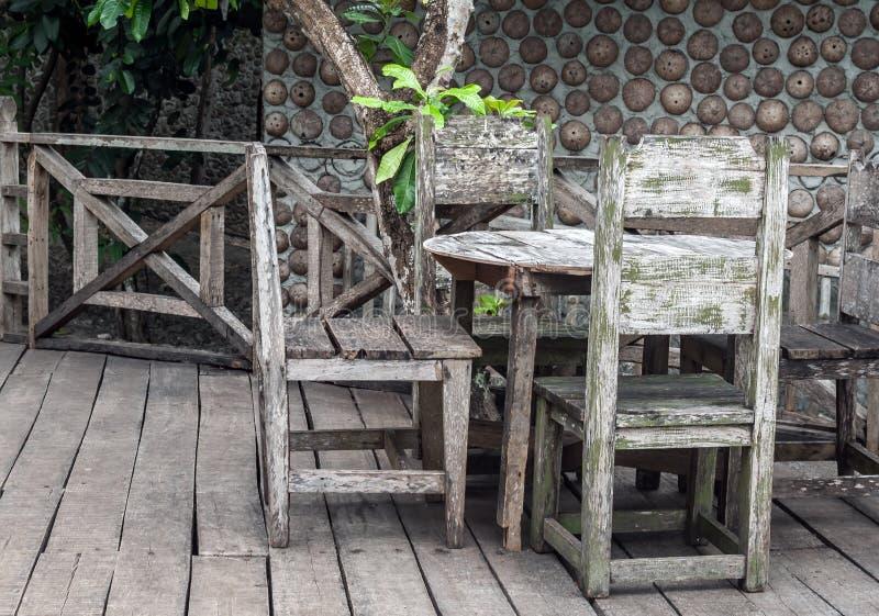 庭院dinning的桌 免版税库存照片