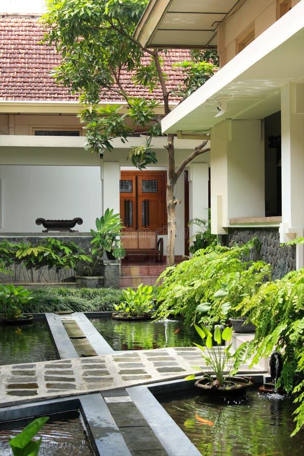 庭院koi池塘 免版税库存图片