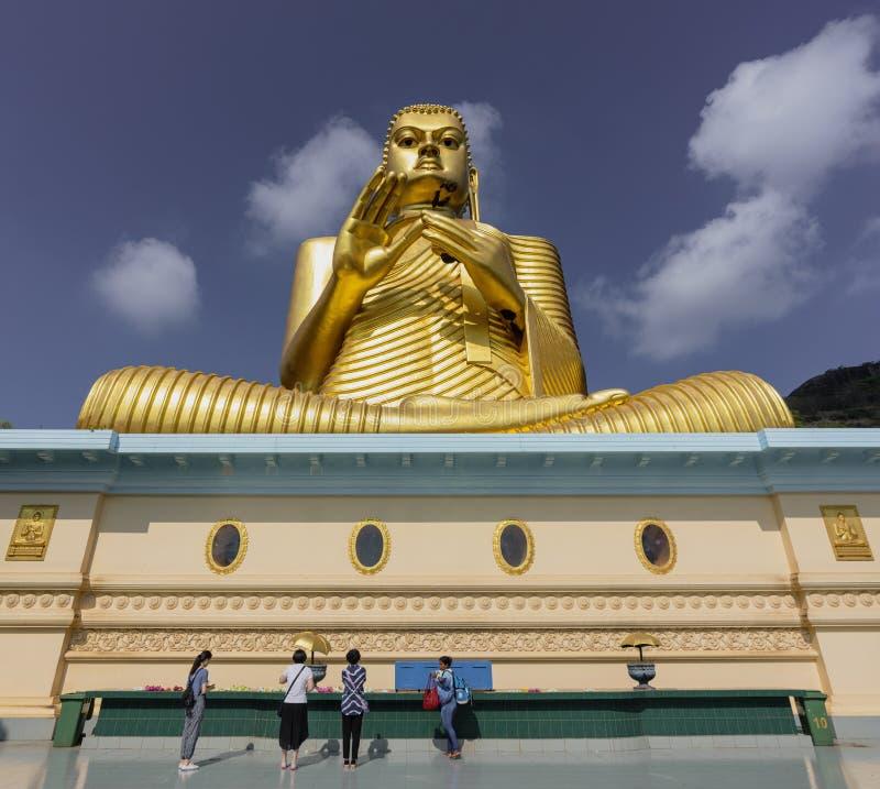 康提,斯里兰卡- 09-03-24 -在Dambulla金黄寺庙的大金黄菩萨雕象在斯里兰卡 免版税库存图片
