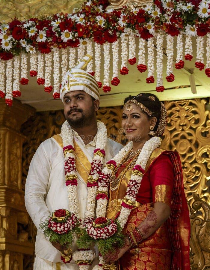 康提,斯里兰卡- 09-03-24 -新娘和新郎画象在斯里兰卡印度婚礼 免版税库存照片