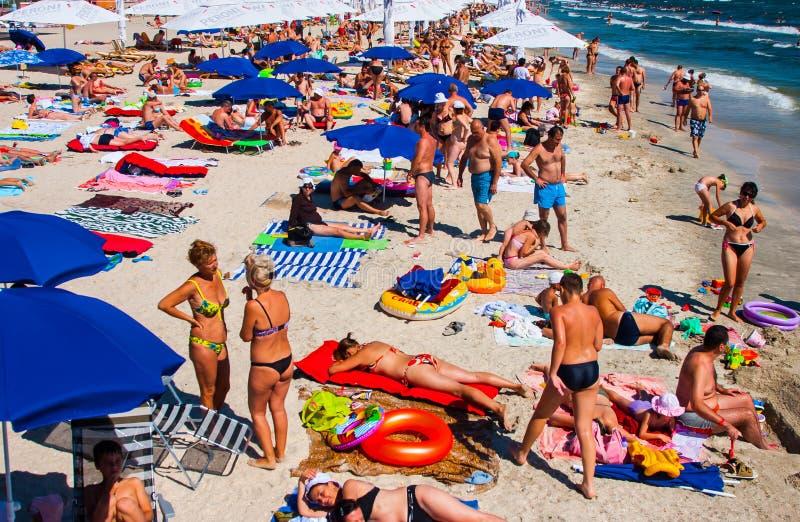 康斯坦察,罗马尼亚- 2010年8月21日 与游人的海滩,一张顶视图 库存照片