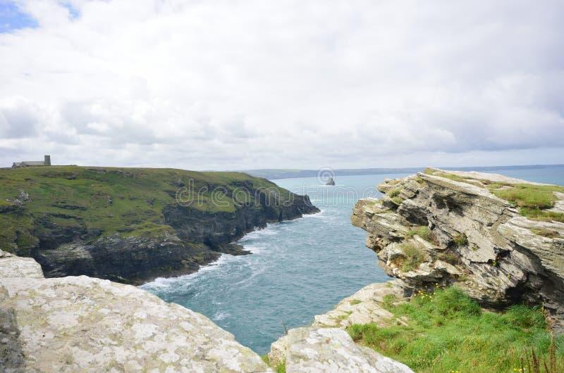 康沃尔海岸线在有岩石的英国在前景 免版税库存图片