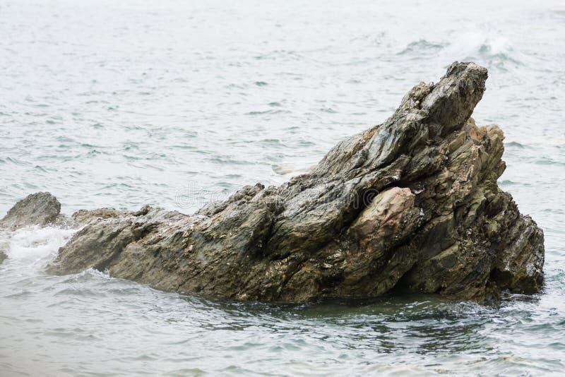康沃尔海洋在离岸,一个pertruding的岩石的附近 库存图片