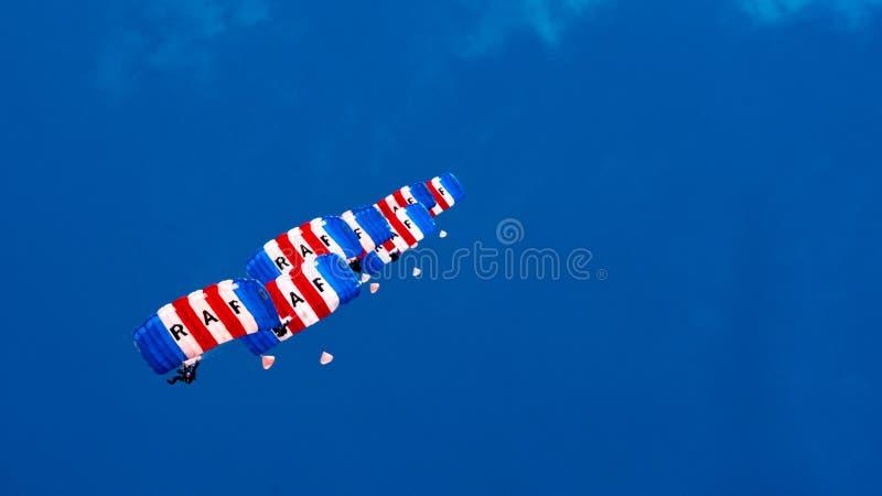 康沃尔郡,英国,英国- 6月10,2016 :皇家空军猎鹰在皇家康沃尔郡的降伞队 免版税图库摄影