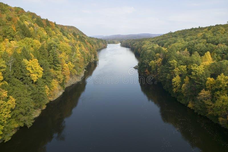 康涅狄格河和秋天颜色在西马萨诸塞,新英格兰莫霍克族足迹  库存图片