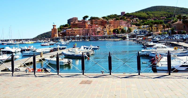 廖马里纳口岸镇、桥梁、岩石、波浪和小船在托斯卡纳,在厄尔巴岛海岛,意大利 库存图片