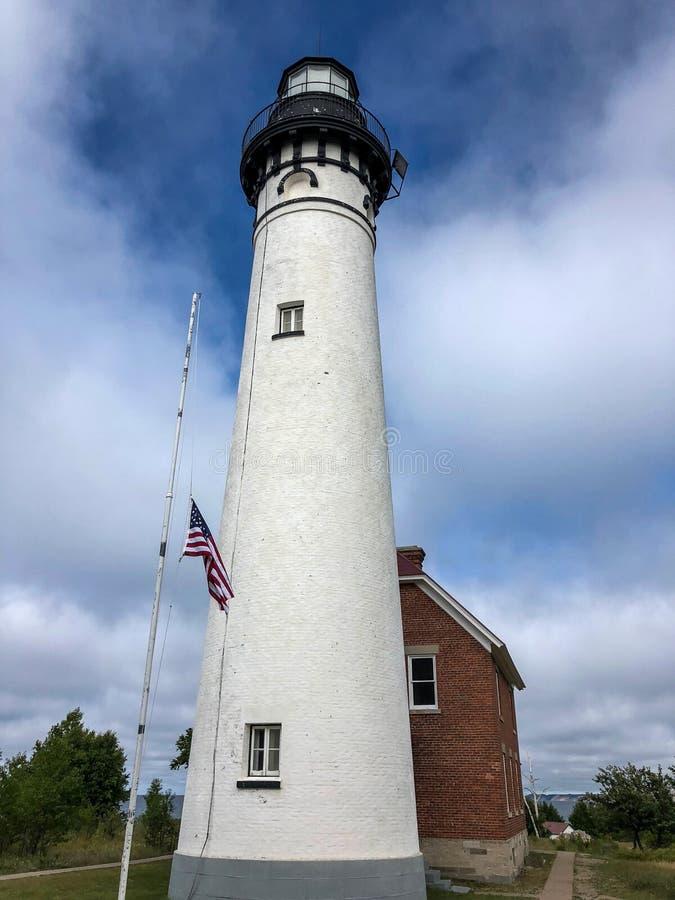 延伸到天空蔚蓝的白色灯塔 库存图片