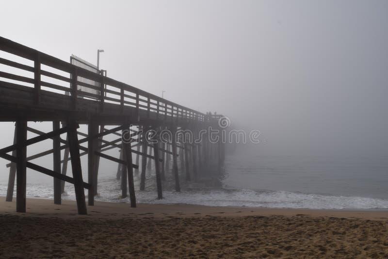 延伸到雾的码头 库存照片