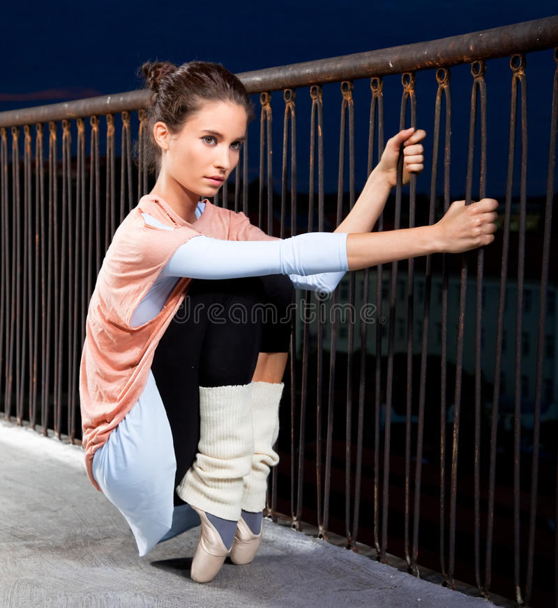 延长的芭蕾舞女演员  免版税库存图片