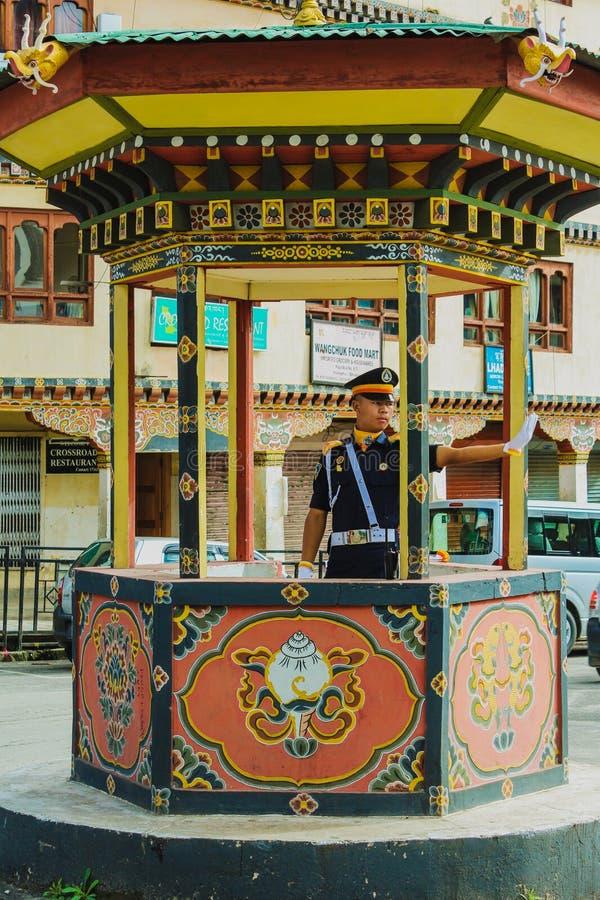 廷布,不丹- 2016年9月10日:有白色手套的交警当班在廷布市中心,不丹 库存图片