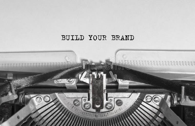 建立您的被键入的品牌在葡萄酒打字机的词 库存照片