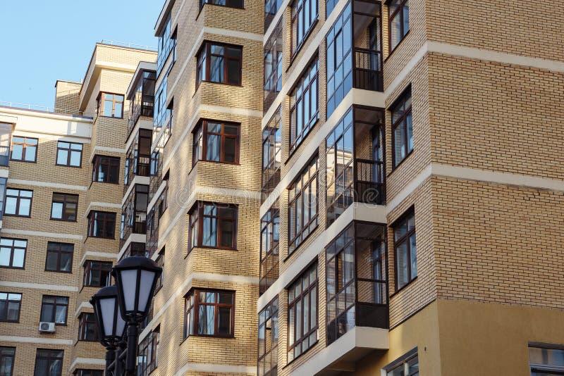 建立真正的etate的现代公寓在有天空蔚蓝的城市 免版税库存照片