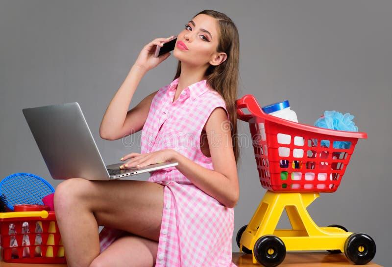 建立零售联系 在购买的挽救 减速火箭的妇女去购物与充分的推车 葡萄酒准备好主妇的妇女 库存照片