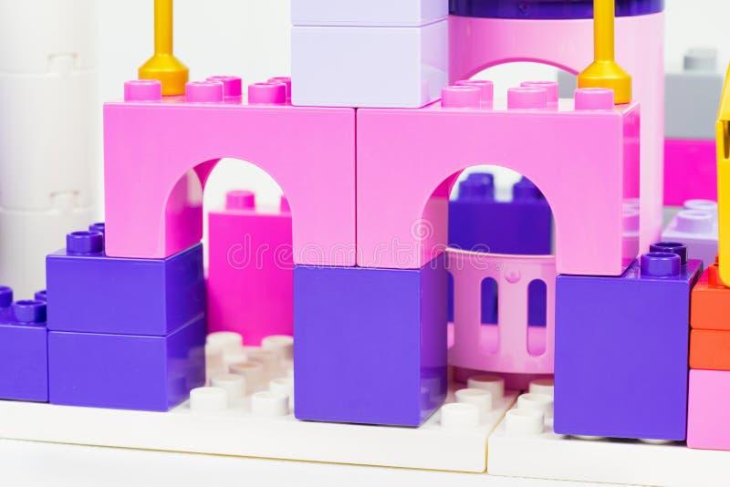 建立bColourful塑料玩具积木的五颜六色的塑料玩具 儿童创造性的playthilocks 儿童创造性的玩具 库存图片