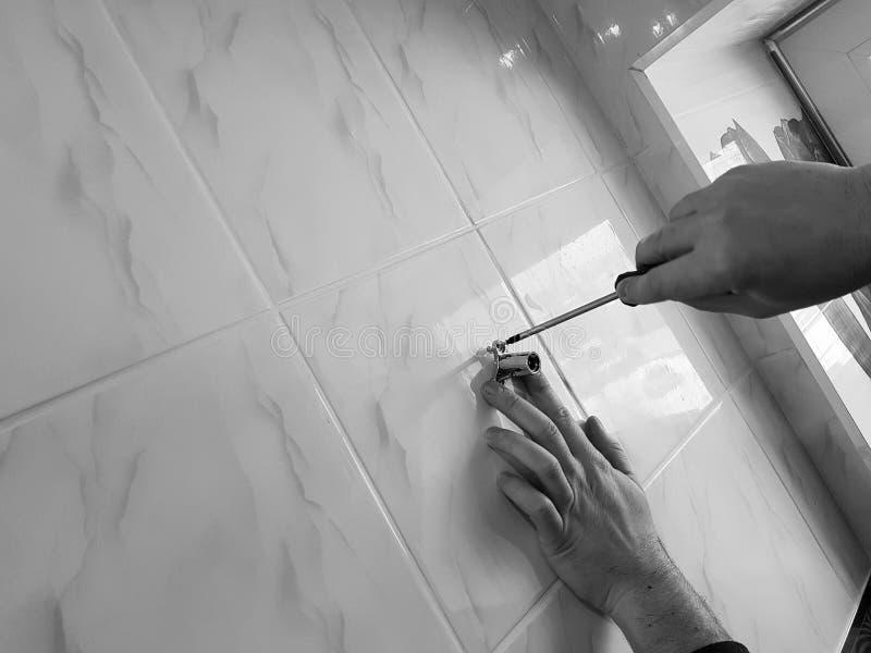 建筑和修理-一把专业工具和螺丝刀在建造者的手上 免版税库存图片