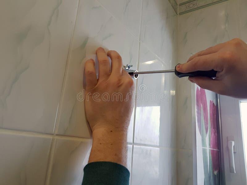 建筑和修理-一把专业工具和螺丝刀在建造者的手上 库存照片