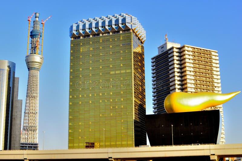 建筑天空下塔结构树 免版税库存照片
