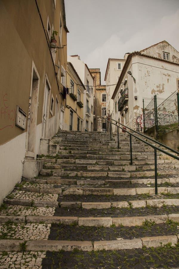 建筑学在里斯本,葡萄牙,欧洲-台阶和大厦 免版税库存图片