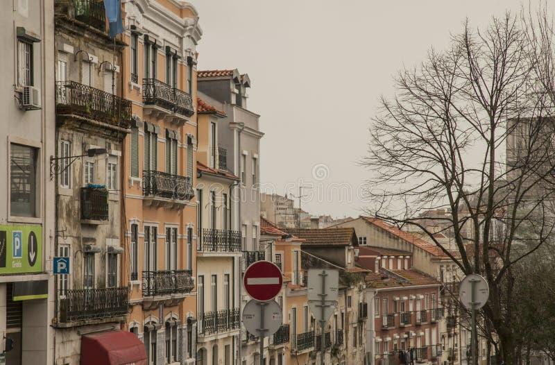 建筑学在里斯本,葡萄牙,欧洲-街道和房子 免版税库存照片