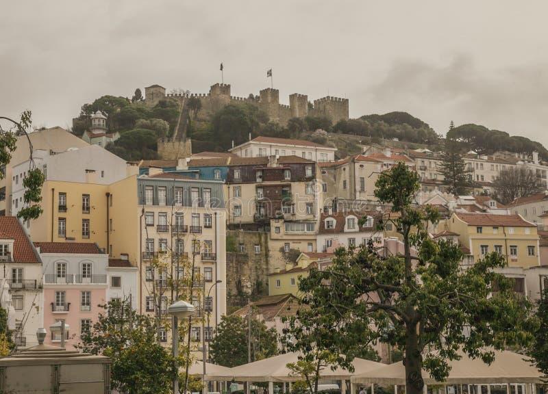 建筑学在里斯本,葡萄牙-传统连栋房屋和城堡 库存图片