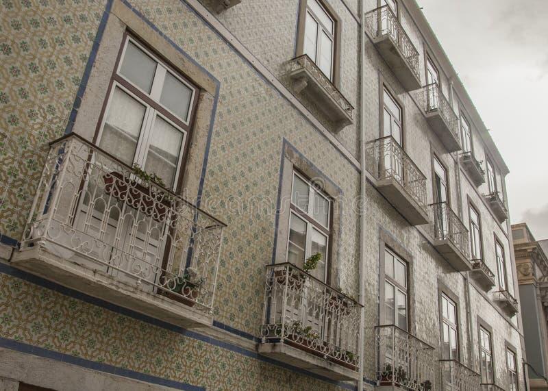 建筑学在里斯本,葡萄牙-阴天在冬天;瓦片和阳台 免版税库存照片