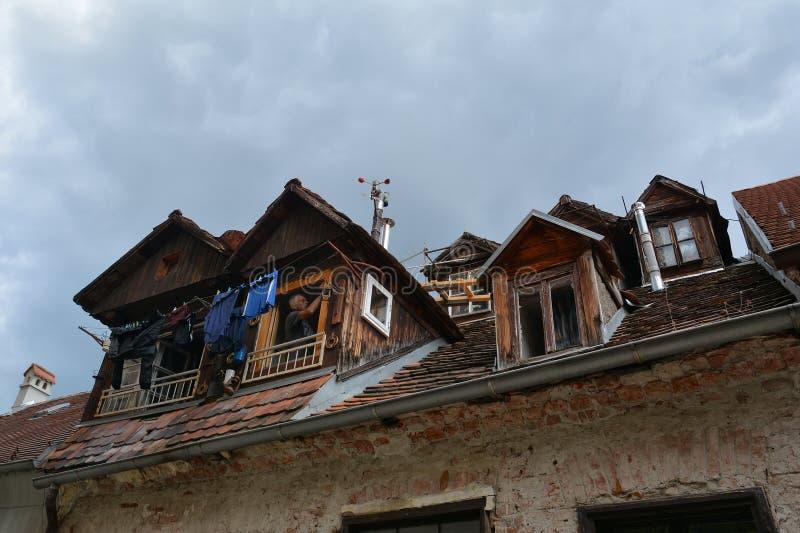 建筑学大厦关闭葡萄酒屋顶和有双重斜坡屋顶的房屋在老镇萨格勒布 免版税库存图片