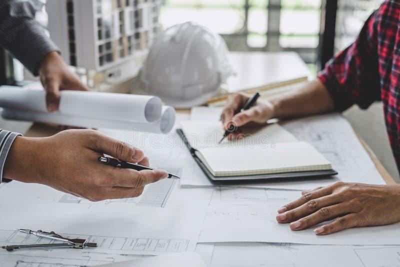 建筑学工程师配合会议,画和运作为在工作场所,概念的建筑项目和工程学工具 免版税库存照片