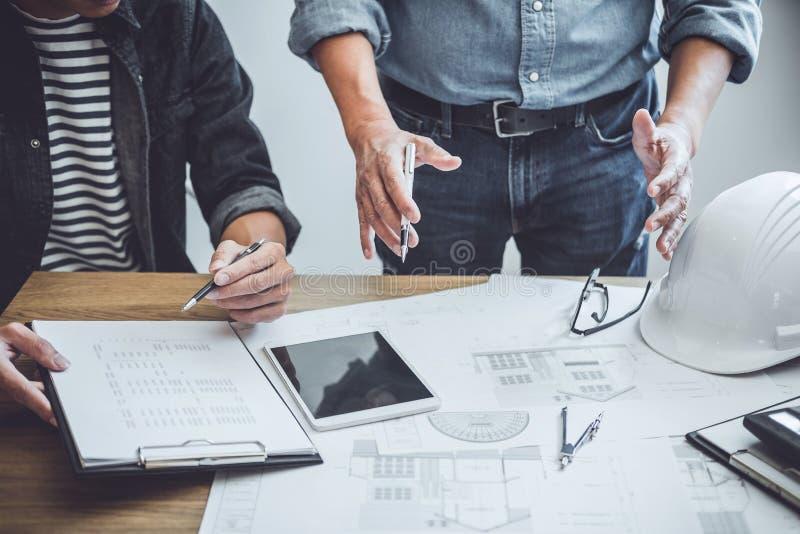 建筑学工程师配合会议,画和运作为在工作场所,概念的建筑项目和工程学工具 库存照片