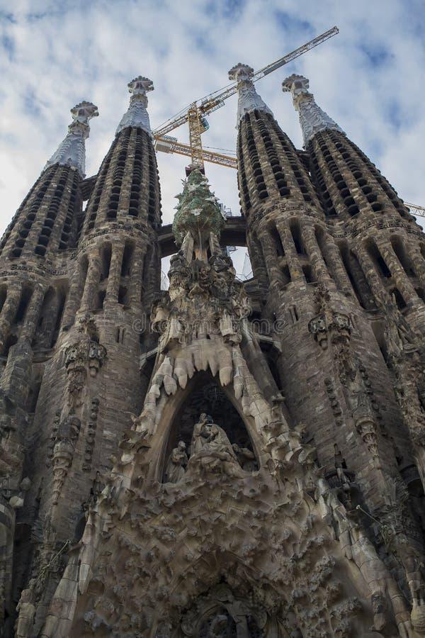 建筑学的入口的元素和雕象对Sagrada Familia的老部分的 库存图片