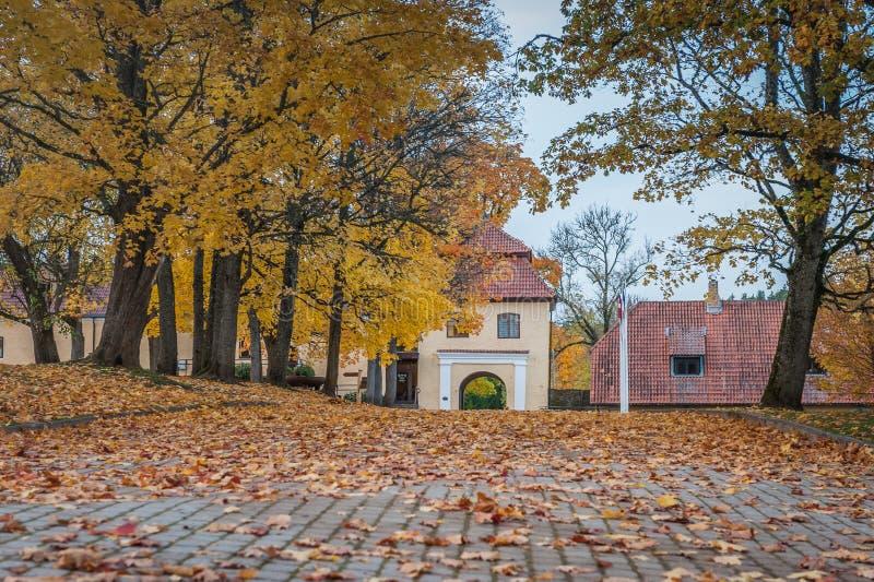 建筑学秋天风景在庭院里 免版税库存图片